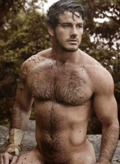 Homem peludo sujo de lama...