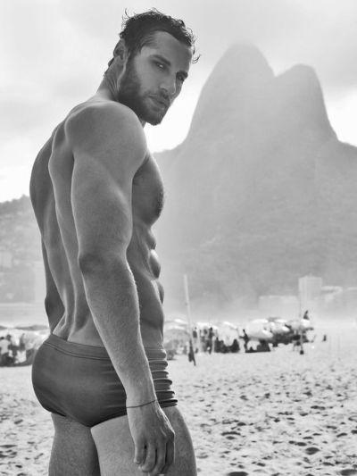 Na praia, de sunga, no Rio...
