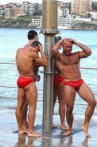 Banho e sunga vermelha