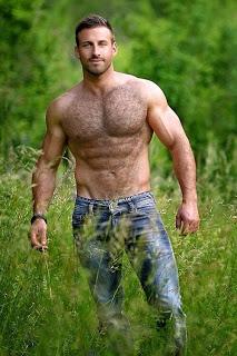 Homem peludo feliz no meio do mato